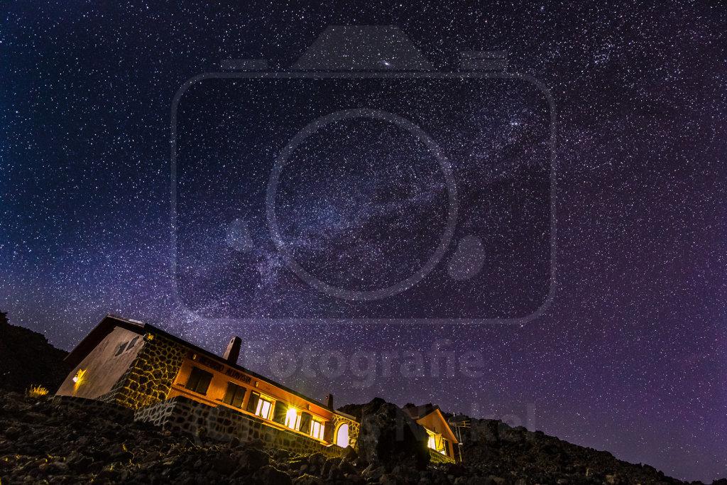 Die Milchstraße über dem Refugio Altavista am Teide