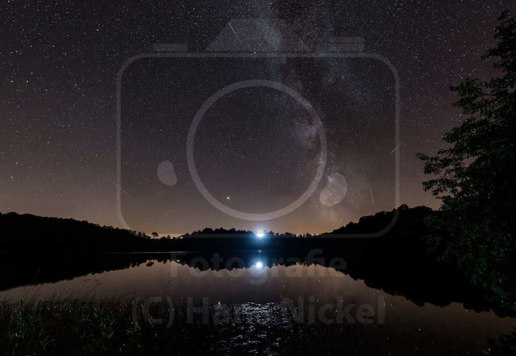 Der Fotograf unterm Himmel mit den Sternschnuppen und ...